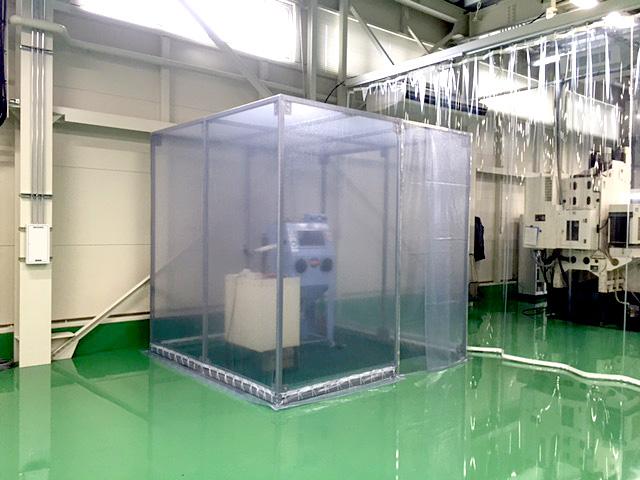 画像:工場内の飛散防止ブース(可動式)