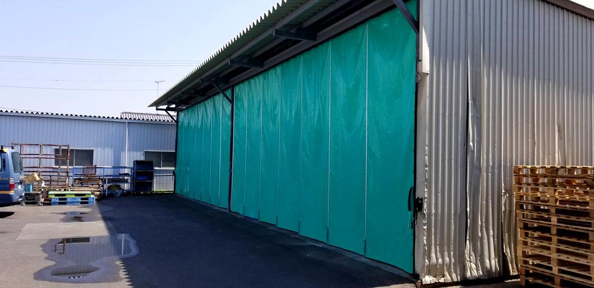 画像:倉庫入り口の間仕切りカーテン新設工事