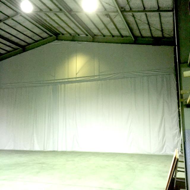 画像:大型倉庫内の間仕切りとカーテンの設置