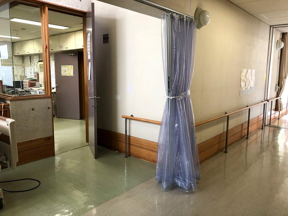 画像:老人介護施設内の空調用間仕切りカーテン