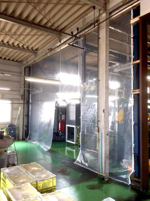 画像:工場内の油の飛散防止用間仕切り