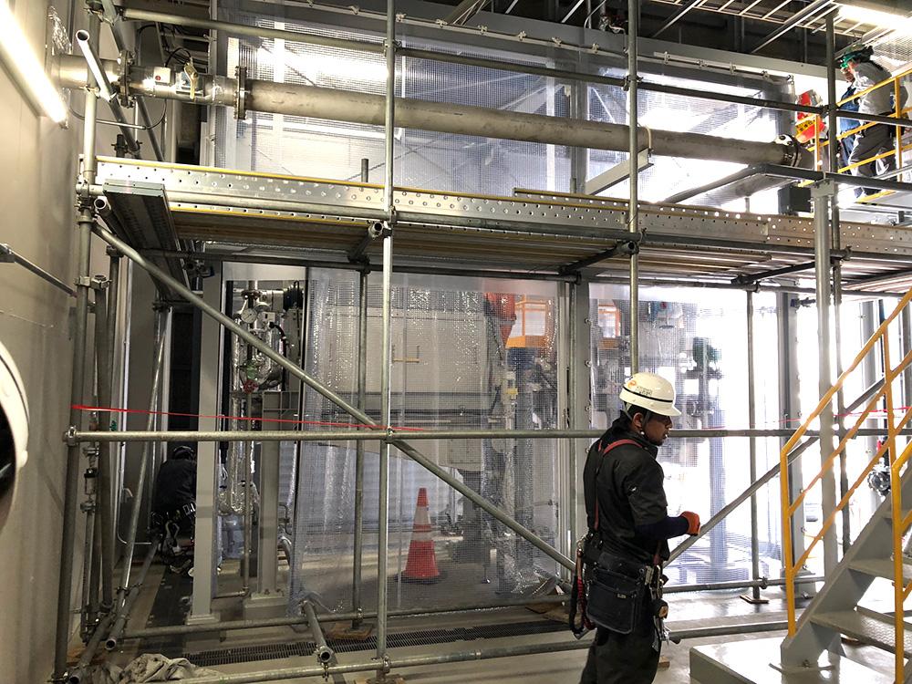 画像:工場内に間仕切りカーテン